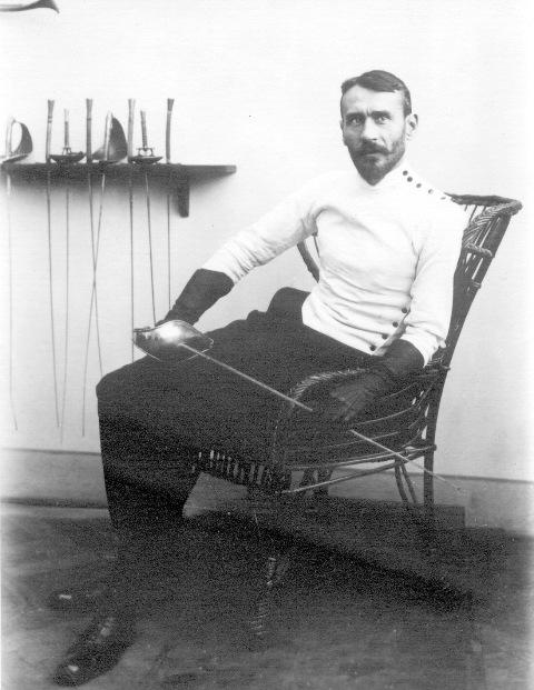 Při pořádání archivu českého šermířského klubu riegel